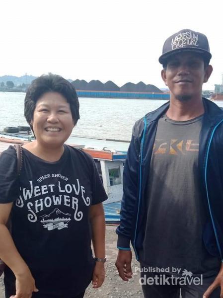 Berkenalan dan saling bercerita dengan Bapak yang bekerja sebagai pengemudi perahu motor.