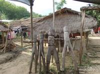 Patung-patung kayu berjajar yang berada di sudut pasar.