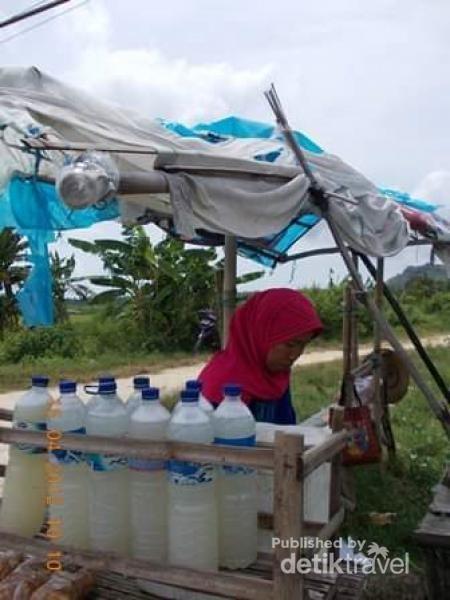 Mampir di warung seorang ibu penjual legen di Kecamatan Panceng.