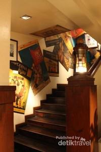 Tangga menuju lantai atas ini dibuat artistik, dindingnya ditempeli gambar iklan Sampoerna jadul. Tangga ini sering dijadikan spot foto bagi pengunjung.