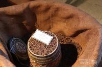 Tidak hanya tembakau, bahan baku lain yang digunakan adalah cengkeh dari Manado.