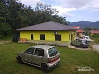 Rumah-rumah penduduk di kampung Yooi Langkawi.