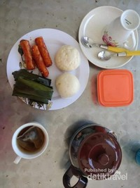 Jajanan tradisonal dan kopi yang dapat kita nikmati di pagi hari ala kampung Yooi.