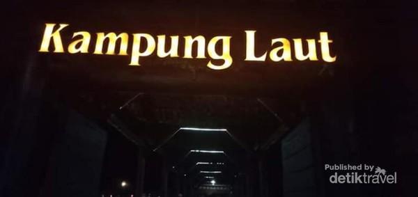 Pintu masuk restoran kampung laut Semarang.