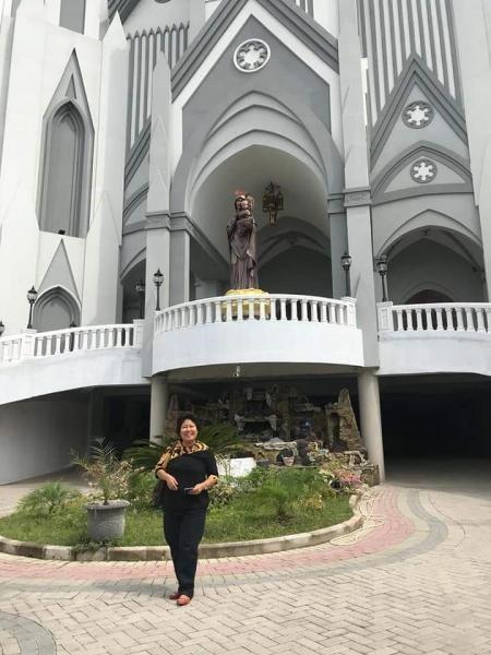 Berfoto sebelum pintu masuk Gereja.