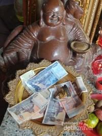 Persembahan di Wat Phnom