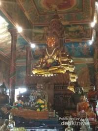 Tempat ibadah utama di Wat Phnom.