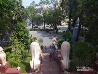 Pemandangan Wat Phnom dari halaman kuil.