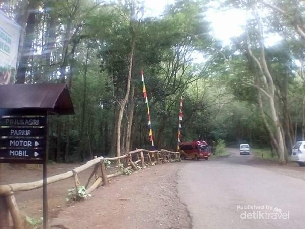 Lahan parkir Pinus Asri yang luas.