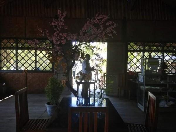 Walaupun sederhana, resto ini sangat berjasa bagi pengunjung yang ingin bermala-lama menikmati keindahan teluk Mutiara, Kalabahi.