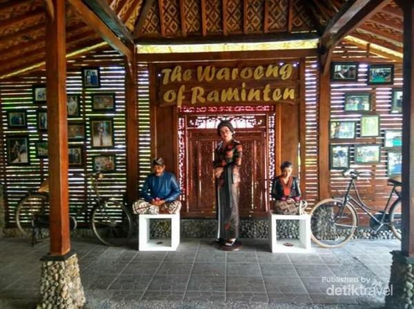 Masuk di The Waroeng of Rainten disambut khas dengan patung selamat datang