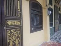 Jajaran rumah dan pintu yang seragam di kawasan Lebuh Muntri.