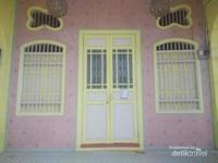 Pintu rumah dan jendela klasik.