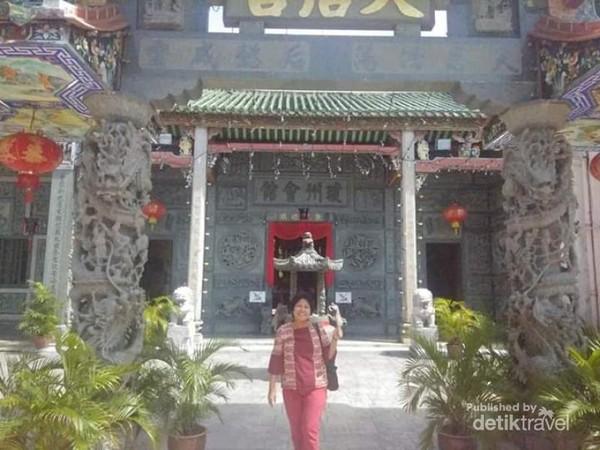 Pintu masuk kuil.