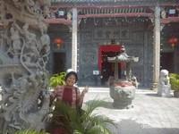 Berfoto di salah satu pilar depan kuil.