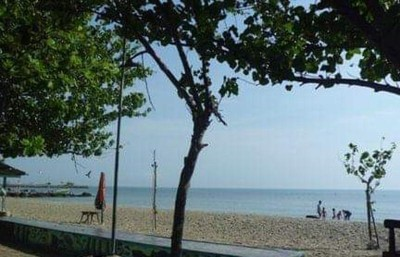 Pantai Pasir Putih Dalegan Favorit Warga Gresik untuk Berakhir Pekan