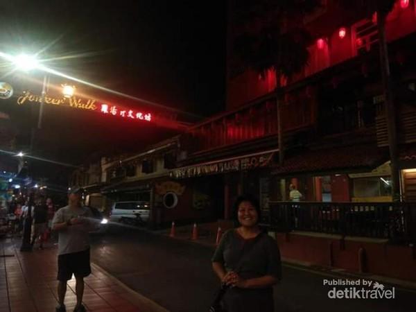 Suasana ujung Jonker Walk di waktu malam.