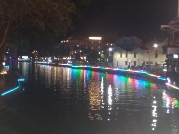Gemerlapnya lampu di sepanjang bibir sungai menciptakan suasana romantis di malam hari.