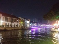 Perahu wisatawan yang masih lalu lalang di malam hari.