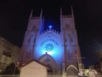 Pemandangan Gerja St Francis Xavier di waktu malam.