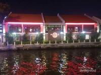 Hard Rock Cafe di waktu malam.
