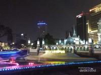 Kemagahan Masjid Jamek Kuala Lumpur dapat dilihat dari kejauhan.
