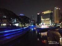 Indahnya lampu-lampu yang dipasang di bibir sungai, mengingatkan pengunjung pada keindahan Sungai Melaka di malam hari.