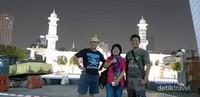 Berfoto dengan latar belakang Masjid Jamek Kuala Lumpur.