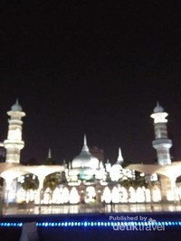 Kemegahan Masjid Jamek, dapat kita lihat dari River of Life.