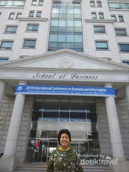 Berfoto di depan Gedung School of Business, sesuai bidang saya