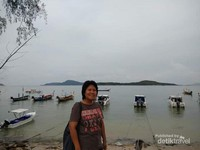 Di tepian Pantai Rawai Phuket.