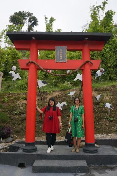 Gerbang Torii biasanya ditemukam pada kuil di Jepang. Gerbang ini biasanya memiliki warna merah keoranyean dan berfungsi sebagai batas tempat tinggal manusia dan dewa.
