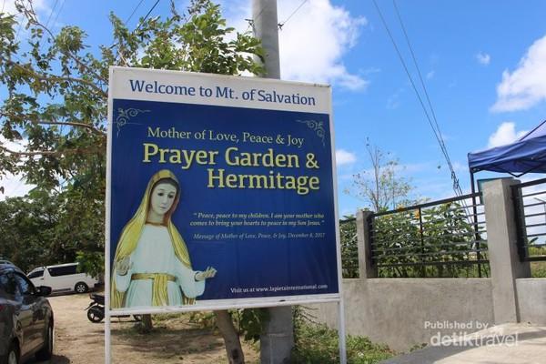 Tulisan pada gerbang taman doa