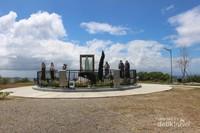 Patung Bunda maria yang dikelilingi patung lain dalam taman doa.