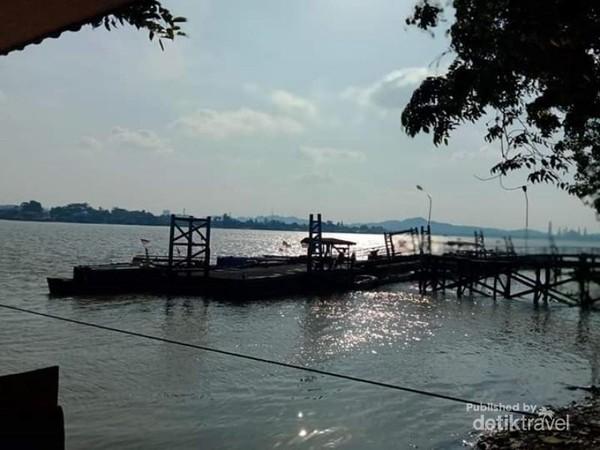 Pantulan matahari ke air sungai, menciptakan keindahan sungai.