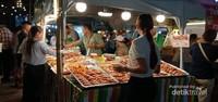 Salah satu pedagang aneka barbeque yang mulai dikerumuni pelanggan.