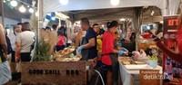 Semakin malam semakin sesak pengunjung di bazaar central Plaza Udon Thani