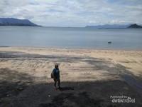 Berfoto narsis di Pantai Pasir Hitam.
