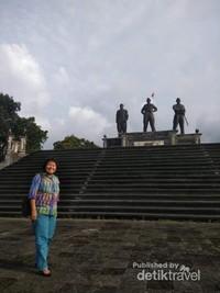 Berfoto dengan latar belakang monumen Tri Yudha Sakti.
