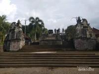 Tangga menuju bangunan utama monumen Tri Yudha Sakti