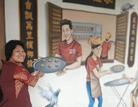 Replika pedagang kue tradisopnal di salah satu kedai di Lebuh Campbell.