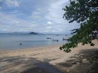 Pemandangan indah laut biru dan pulau di seberang pantai Pasir Hitam.