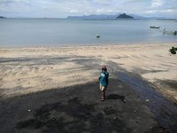 Tak ramai pengunjung, hanya beberapa anak-anak lokal sedang bermain di kawasan tepian pantai.