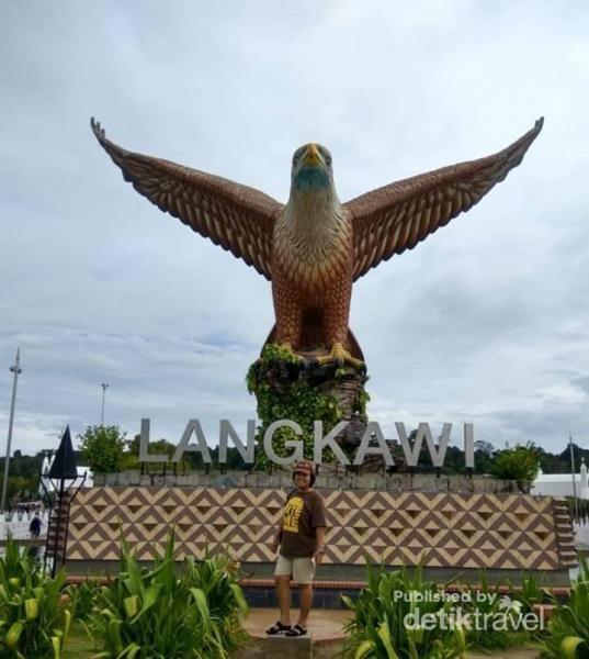 Berfoto di bawah Monumen Burung Elang Langkawi.