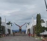 Menuju dataran Lang dari sisi belakang monumen Elang.