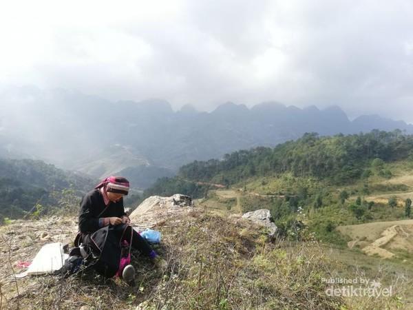 Seorang wanita dari etnis Dao sedang menjahit. Etnis Dao merupakan salah satu dari beberapa etnis minoritas di Vietnam Utara.