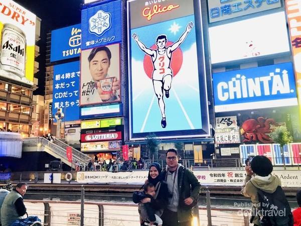 Di depan Ikon Glico Man, Dotonbori, Osaka