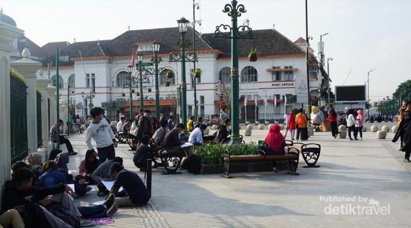 Yogyakarta, di Titik Nol Kilometer merupakan denyutnya kota Yogyakarta. Kota ini tidak pernah bosan untuk dikunjungi. Banyak orang bilang Yogyakarta itu ngangenin.