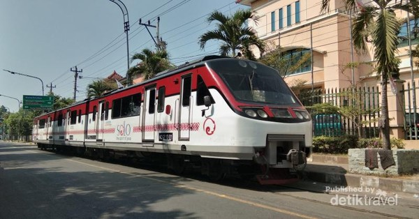 Solo, tetangga kota Yogyakarta ini juga sering menjadi destinasi pelancong. Kota ini punya kereta railbus Bathara Kresna yang jalurnya berada di bahu jalan raya.