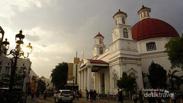 Semarang, kota yang identik dengan lumpia. Salah satu kawasan ramainya ada di Kota Lama Semarang. Bangunan tuanya sangat menarik untuk diabadikan.